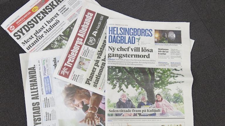 Tidningar ligger utspridda Foto: Karin Genrup/Sveriges Radio