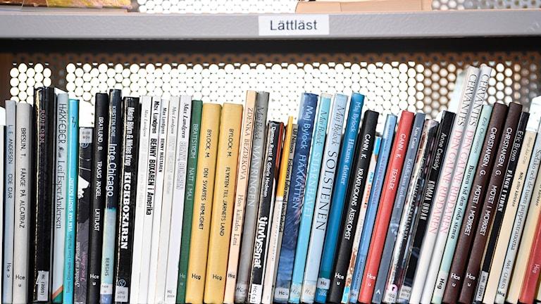 Lättlästa böcker i en bokhylla på ett bibliotek.
