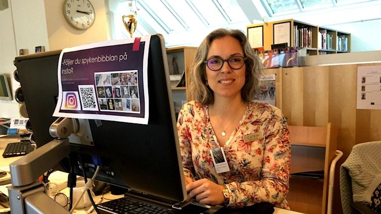 Catrin Ringberg, en av bibliotekarierna på skolbiblioteket på spyken i Lund där de till och med har boktips hängande på kläderna.