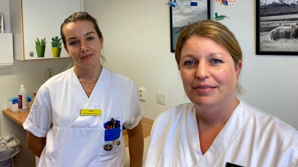 Två distriktssköterskor vid skötbord.