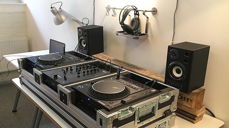 DJ-bås med skivspelare.