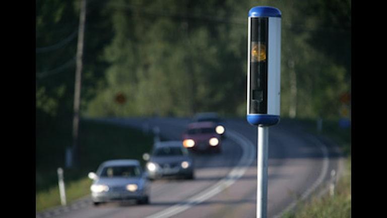 Fyra bilar kör på en väg. En fartkamera finns i vägrenen. Fredrik Sandberg / SCANPIX
