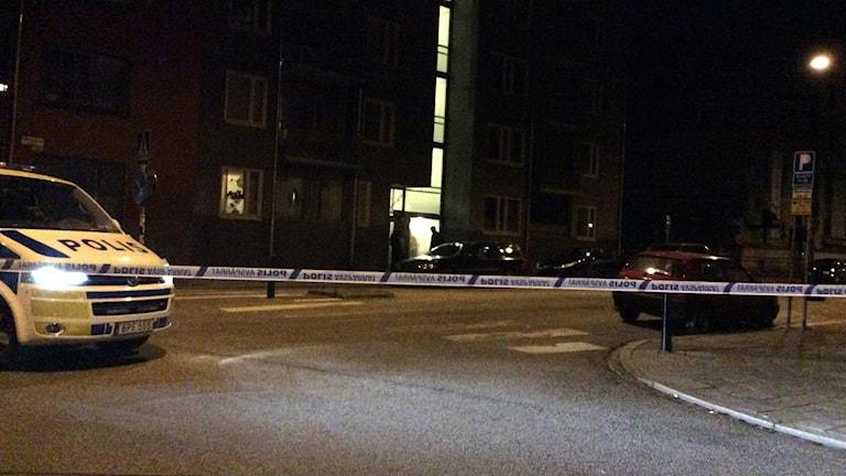 Polisen spärrade av Möllevångsgatan efter explosion som skadade husfasad. Foto: Anne Sseruwagi/Sveriges Radio.