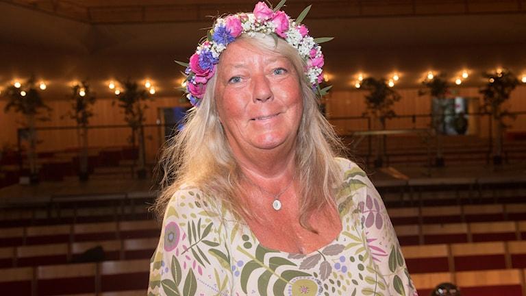 Ingrid Wall med en rosa blomsterkrans i håret