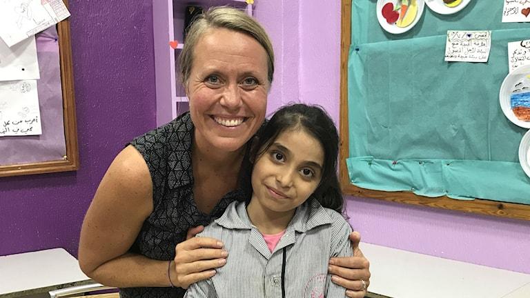 Anna Carlsson som är samordnare för Sveriges radios Världens barnsatsning kramar om Amina Al Laham.