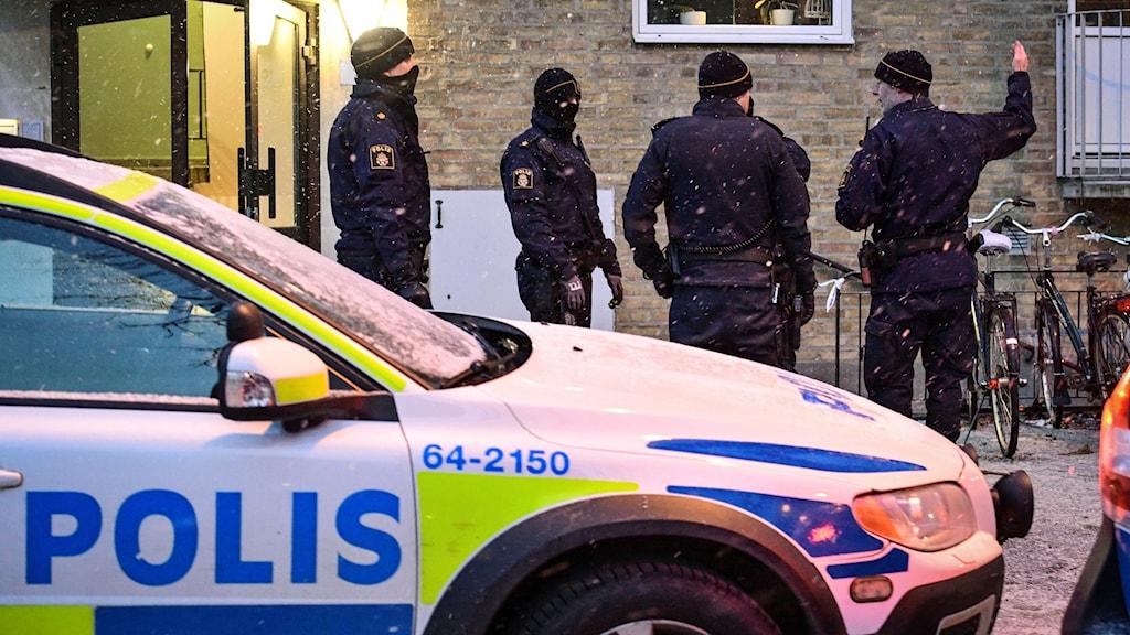 Polisen på plats i ett bostadsområde i västra Lund där en man på fredagskvällen hittades död i en bostad. En annan man har gripits och  polisen har inlett en förundersökning om mord. Huset är avspärrat och tekniker ska gå igenom området. Foto: Johan Nilsson/TT