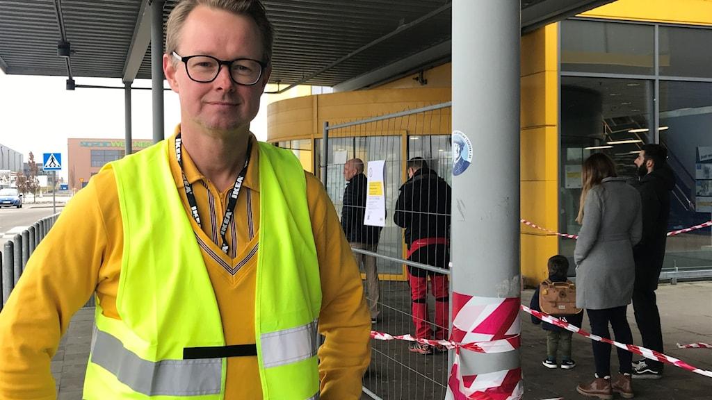 Tobias Bogefors varuhuschef IKEA Malmö framför köavspärrningarna när maxtak på 500 kunder infördes