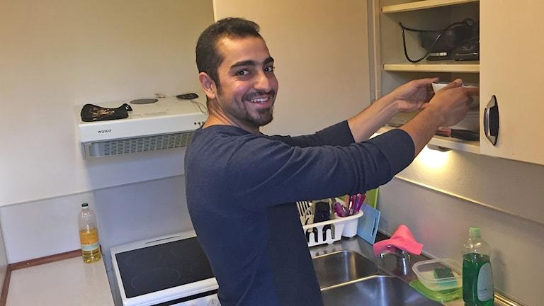 Sadeq al-Ghaffari i köket i nya bostaden. Foto: Anna Landelius/Sveriges Radio.