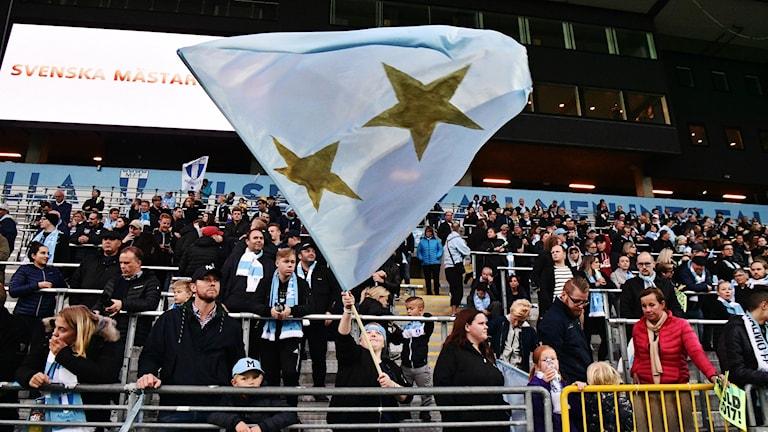 Malmö FF-supportrarna redo att fira SM-guldet tillsammans med laget på Swedbank Stadion i Malmö. MFF säkrade sitt 20:e SM-guld i fotboll genom att på måndagskvällen besegra IFK Norrköping.  Foto: Johan Nilsson/TT