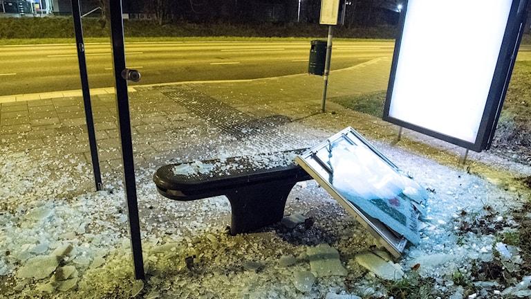 En explosion skakade strax före midnatt delar av Limhamn i sydvästra Malmö. Enligt lokala medier ska en kraftig sprängladdning ha detonerat i anslutning till en busskur. Det blev stora materiella skador. Foto: Johan Nilsson/TT
