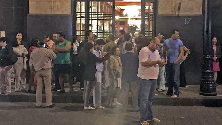 Människor samlas på gatan efter kraftig jordbävning i Mexiko.