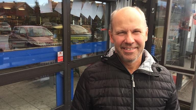 Erik Lundström (KD) utanför sin butik i Trelleborg.
