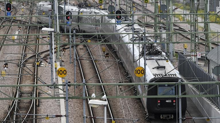 Tågräls och ett tåg.