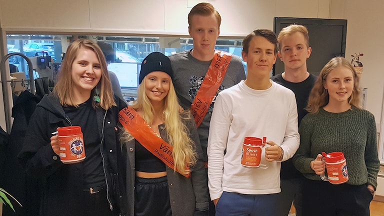 Rebecca Eriksson, Olivia Olsson, Kamille Benthien, Måns Hemtman-Svensson, William Hansson och Gustav Bergengren samlade in för Världens barn. Foto: Maria Rosén/Sveriges Radio.