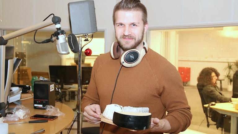 Ostexperten Mårten Bergroth hade med sig flera sorter in i studion. Foto: Hans Zillén/Sveriges Radio.