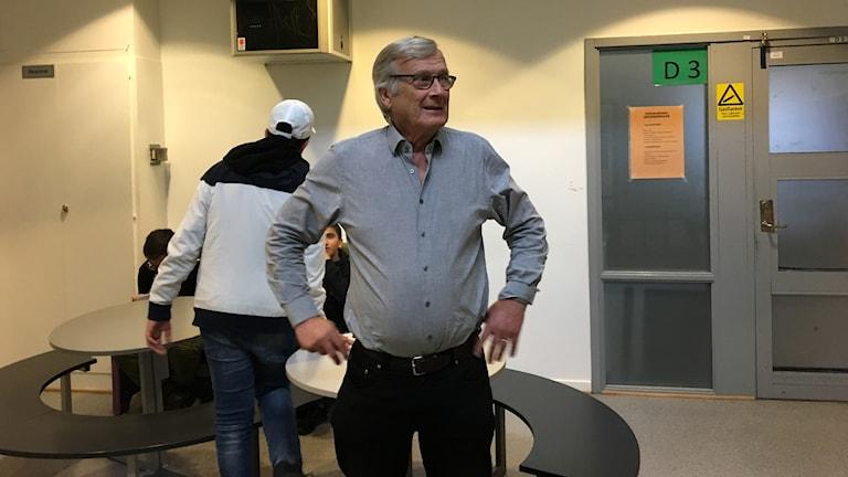 Läraren Bengt Edvinsson i korridoren.
