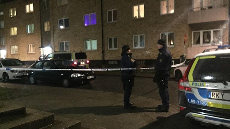 Polisavspärrning framför bostadshus.