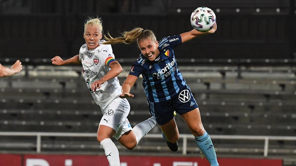 Rosengårds Caroline Seger i kamp med  Djurgårdens Gudrun Arnardottir.