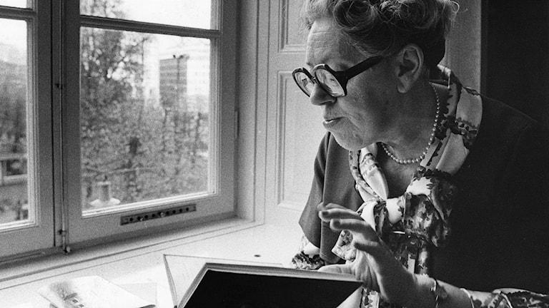 ARKIV 19750517. Deckarförfattaren Dagmar Lange (som skrev under pseudonymen Maria Lang) i sitt hem i Stockholm. Foto: TT