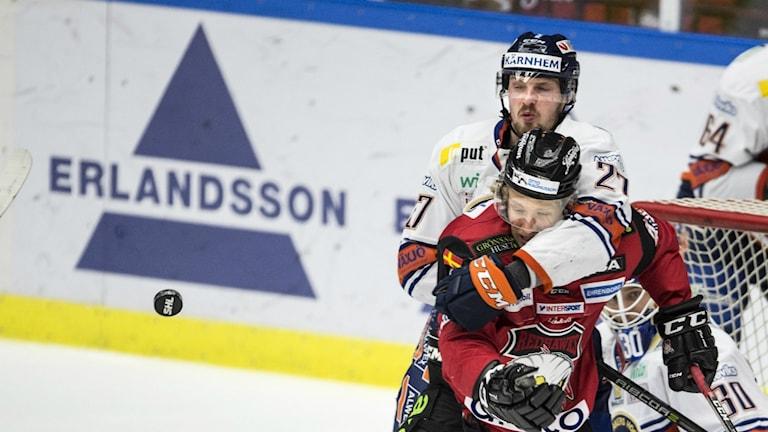 Växjös Martin Lundberg tar hand om Malmö Redhawks Marcus Sylvegård under lördagens ishockeymatch i SHL mellan Malmö Redhawks och Växjö Lakers i Malmö Arena.