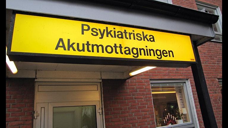 Skylt från den psykiatriska akutmottagningen i Lund. Foto: Tobias Wallin/SR