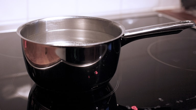 En kastrull med kokande vatten på en spis. Foto: Karin Genrup/Sveriges Radio