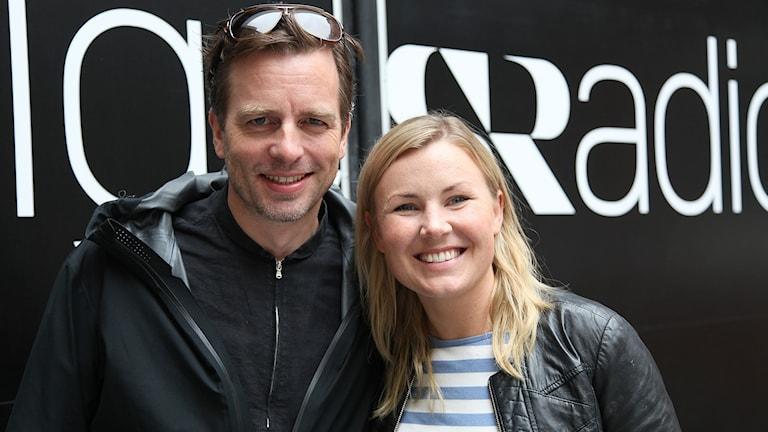 Sångaren och skådespelaren Christopher Wollter och dansbandssångerskan Elisa Lindström. Foto: Karin Genrup/Sveriges Radio