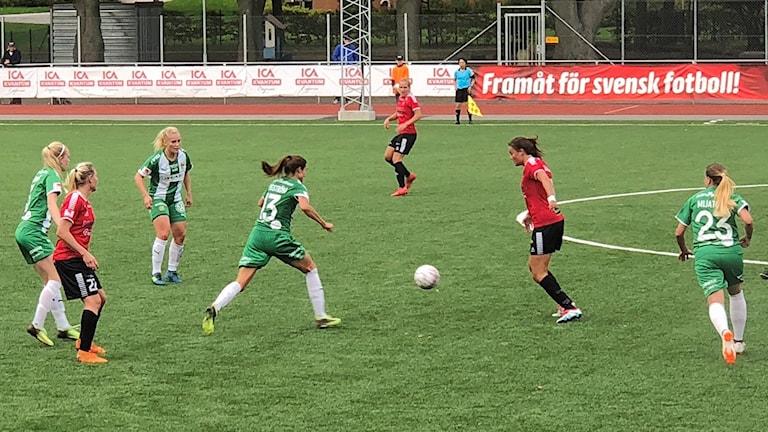 Kamp om bollen i damallsvenska matchen mellan LB07 och Hammarby. Foto: Micke Dahl/Sveriges Radio.