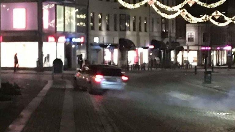 Bilden visar hur en silverfärgad bil genar över Stortorget i Lund, mot Botulfsgatan. Foto: ur polisens förundersökning.