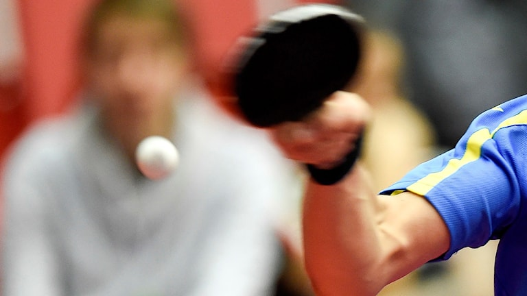 En bordtennisspelare slår ett slag. Foto: Björn Lindgren/TT