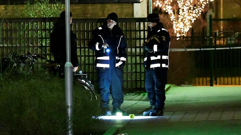 20161221 Polisen arbetar på platsen efter att en man har skottskadats i Malmöstadsdelen Söderkulla.