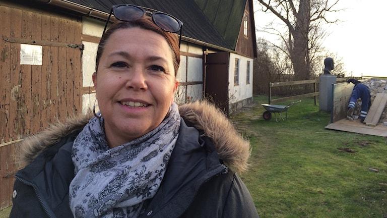 Marie Holmström, turistchef i Ystad utanför gården Backåkra.