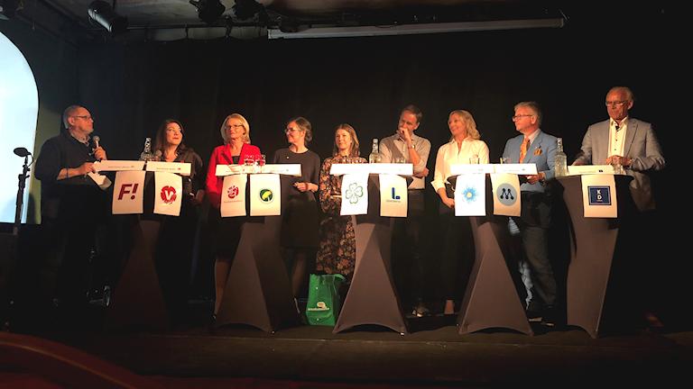 Nio EU-kandidater på scen.
