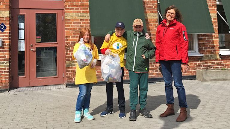 Femteklassarna Wilma Nilsson, Jonatan Andersson och Andre Cimerman med lärare Kerstin Larsson.