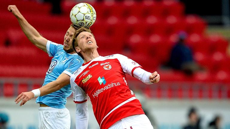 Malmös Anton Tinnerholm mot Kalmars David Elm. Foto: Patric Söderström/TT