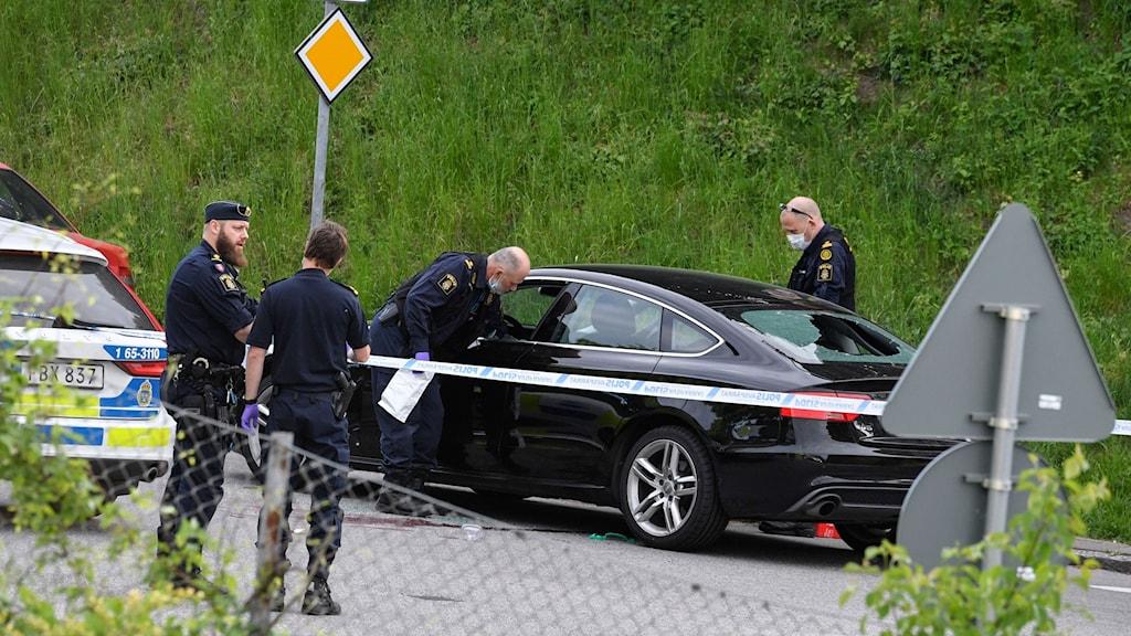 Polisens tekniker på plats där en person har hittats död i en bil i Malmö i samband med ett larm om skottlossning