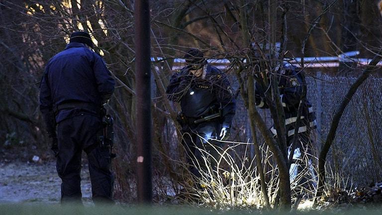 Johan Nilsson/TT Malmöpolisens tekniker undersöker ett område som var intressant när en kvinna i 20-årsåldern påträffades skottskadad i Malmö i januari 2017. Nu döms hennes pojkvän till fängelse för grovt vållande till kroppsskada. Arkivbild.