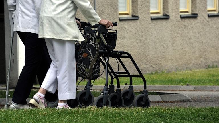 äldre med rullatorer