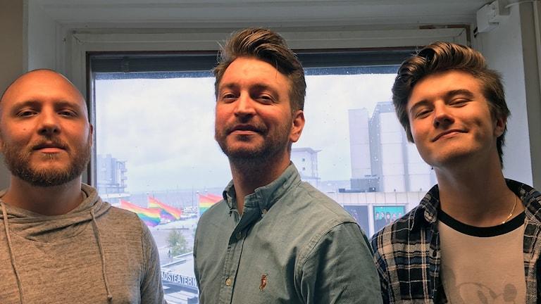 Tre femtedelar av bandet Stereosouls som skrivit årets Pridelåt i Helsingborg - Joel Jaconelli, Christian Knutli och Daniel Tomanek. Foto: Nina Sköldqvist/Sveriges Radio.