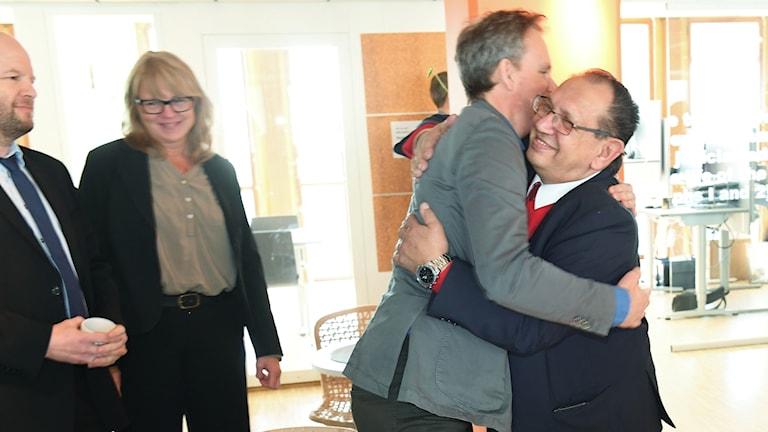 John Stauffer, jurist på Civil Rights Defender, kramar Fred Taikon sedan Svea hovrätt fastställt domen om ersättning för elva personer som funnits med i romregistret. Foto: Fredrik Sandberg/TT.
