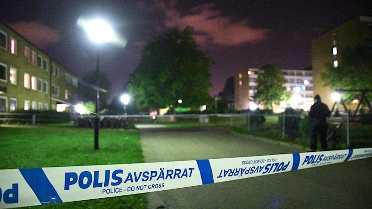 Avspärrningsband och en polis på Ramels väg i Rosengård.