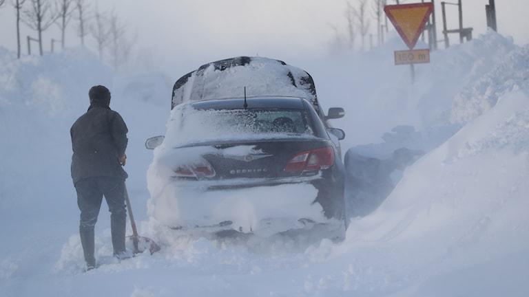En man skottar fram sin bil utanför Ystad på onsdagen. Foto: Andreas Hillergren / TT