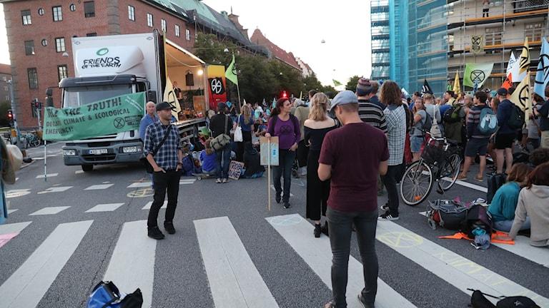 Miljöaktivister demonstrerade i Malmö i går genom att bland annat blockera trafiken.