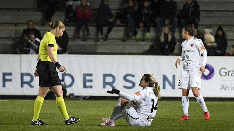 Rosengårds Hanna Folkesson (sittandes) argumenterar med domaren under ondagens åttondelsfinal.