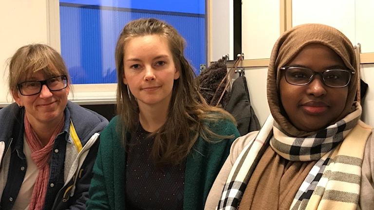Anna Hart, Camilla Larsson och Zahra Abdi i projektet Knyta band. Foto: Petra Haupt/Sveriges Radio