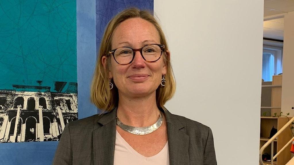 Sara Wetterstrand står framför en bild