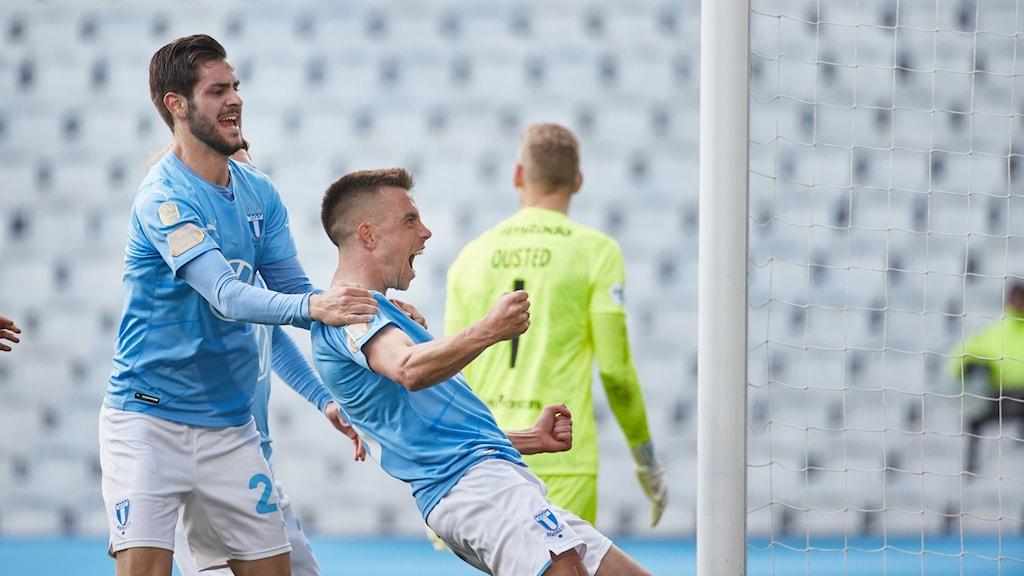 Jublande fotbollsspelare i Malmö FF-ställ.
