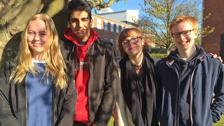 Lovisa Maunsbach, Araz Janfada Balo, Hanna Ivarsson och Elias Engström, gymnasieelever på Polhemskolan i Lund som intervjuades om kränkningar på nätet. Foto: Martina Greiffe/Sveriges Radio.
