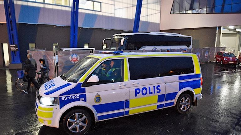 Polisbuss utanför fotbollsarenan Olympia i Helsingborg.