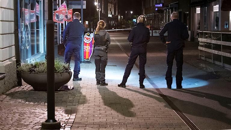 Poliser utanför en restaurang som beskjutits.